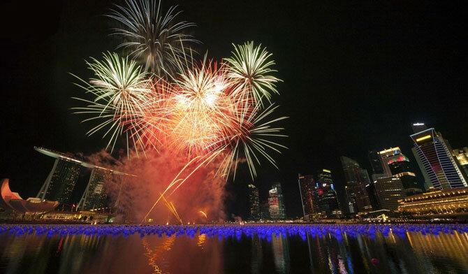 Сингапур, 1 января 2011. В этом городе бытует новогодняя традиция пускать в воды залива Марина Мэй шары с желаниям