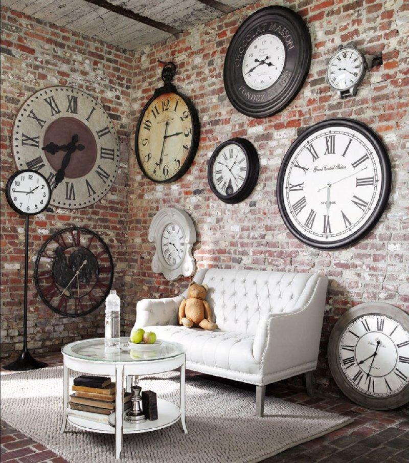 В гостиную следует подбирать красивые и качественные экземпляры. Помимо внешних характеристик, часы должны быть функциональными и надежными.