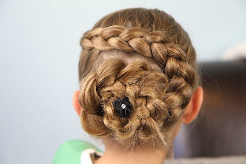 Стоит заплетать косу как можно туже, чтобы она не развалилась и держалась достаточно продолжительное время.