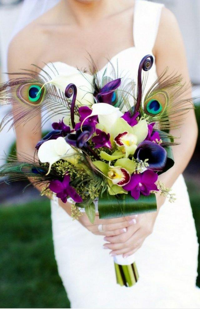 Уникальный свадебный букетик с павлиньими перьями