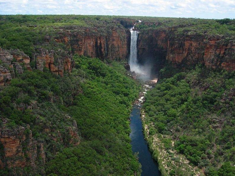 Кажущиеся бездонными ущелья, небольшие живописные озера, низины, утопающие в зарослях эвкалипта, образуют ландшафт, полный очарования. Это первозданная Австралия во всей красе. Одно из самых привлекательных для туристов мест парка – каскад Водопадов Близнецов. Они представляют собой завораживающее зрелище. Здесь расположена одна из самых продуктивных на планете урановых шахт.