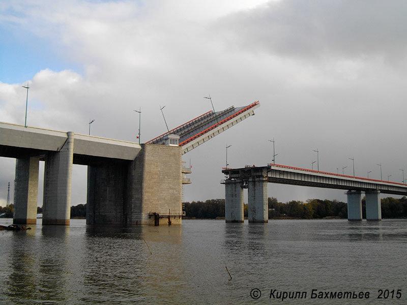 Ладожский мост. Мост возведен в местах, где во время Второй Мировой Войны проходили кровопролитные бои. Левобережный устой моста выполнен таким образом, что внешне похож на дот с проездом-амбразурой.