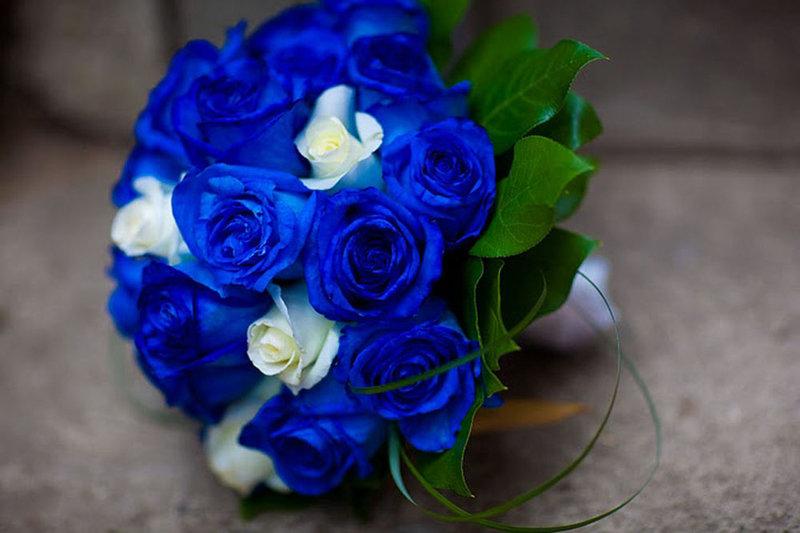 При оформлении свадьбы в синем цвете нужно учесть некоторые нюансы. Синяя свадьба выглядит офень эффектно, но перебарщивать с одним тоном не стоит, нужна мера.