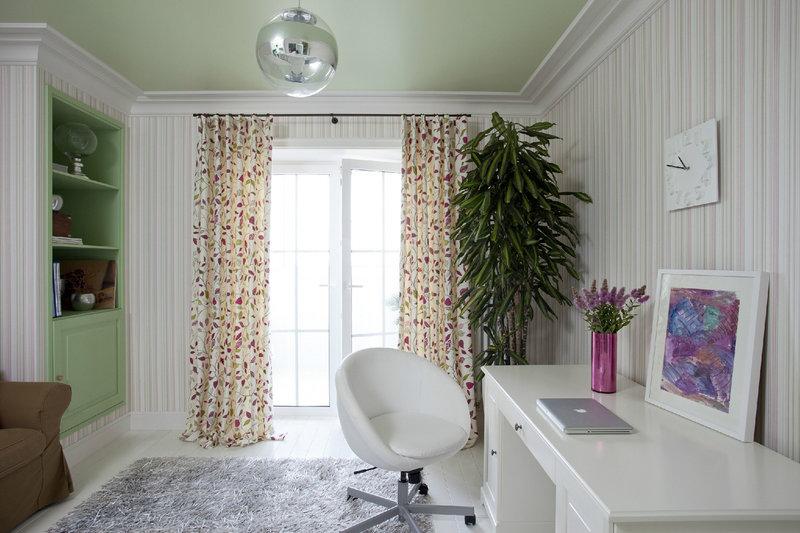 Интерьер небольшого домашнего кабинета - В светлых тонах (растение в углу)
