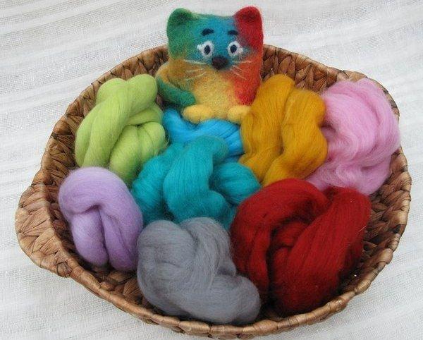Валяние — очень модное и увлекательное занятие. Сделать таким способом игрушку из шерсти удается довольно быстро.