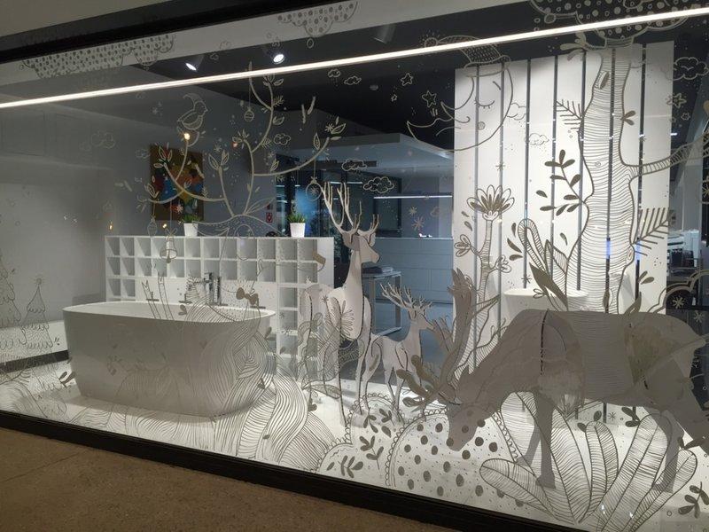 новогоднее оформление витрин с оленями из экокартона
