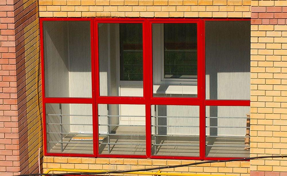 При панорамном остеклении балкона или лоджии повышается есте.