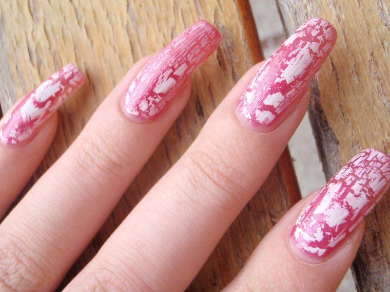 Необычный маникюр с эффектом кракелюр в розовых тонах