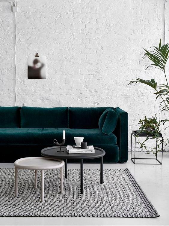 «Я надела все лучшее сразу» – если искать фразу, которая опишет современный стиль, эта будет последней. Ровные линии, много света, необходимая мебель, сдержанный декор – это качественная основа современного стиля. Так что если вешаете хрустальную люстру, то будьте осторожнее с другими дизайнерскими фишками. А если красите стены в яркие цвета, то дозируйте цвет в текстиле, обивке мебели и, например, обоях.