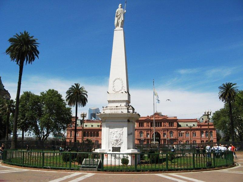 Пройдя сквозь 5 столетий, Пласа де Майо стала сердцем аргентинской столицы и центром политической жизни Буэнос-Айреса. Здесь же в 1810 году Аргентина объявила