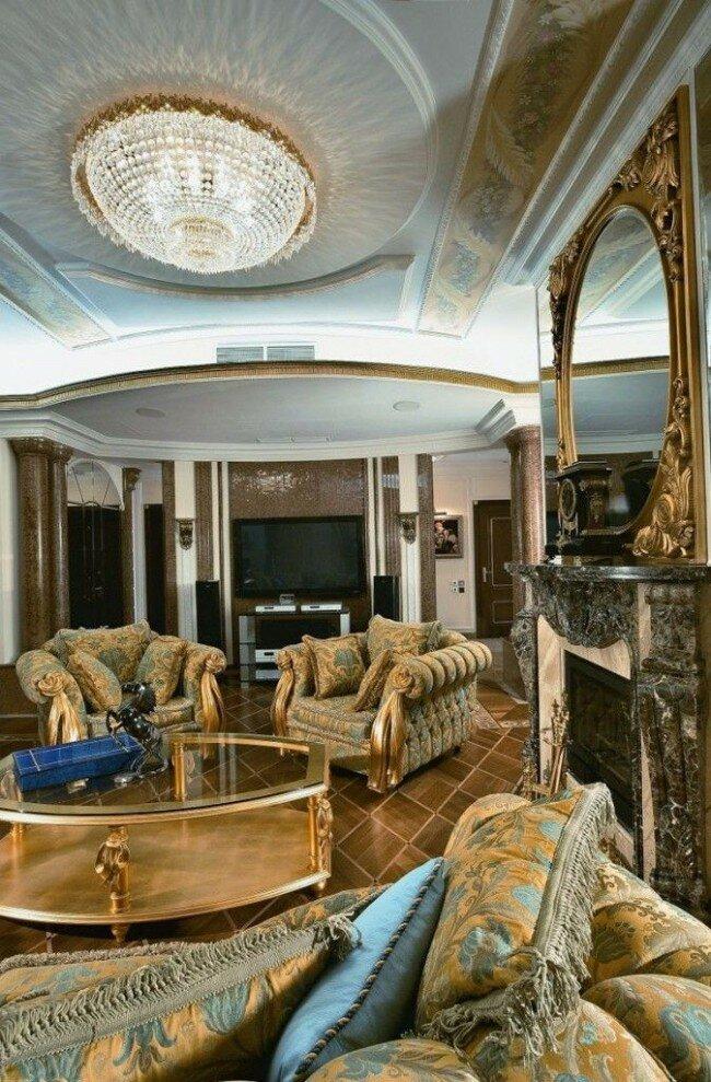 Золотисто-голубая мебель в готсиной в стилистике ампир на века