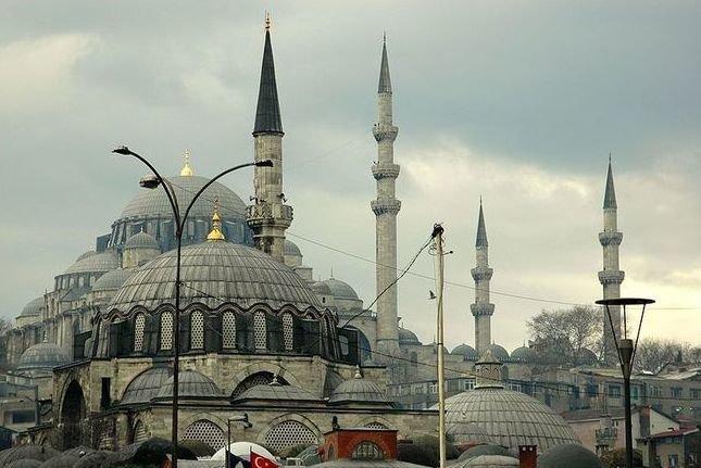 Мечеть Рустем Паши воздвигалась в честь пасынка султана Сулеймана Великолепного. Она пережила несколько землетрясений и пожаров (как и многие мечети Стамбула), но все же была реконструирована. Ее размеры не слишком большие по сравнению с другими мечетями, имеется всего один минарет.