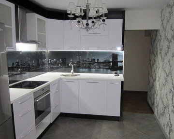 небольшая белая угловая кухня в современном стиле карточка