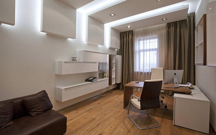 Большой домашний кабинет - В белом цвете и светло коричневой мебелью