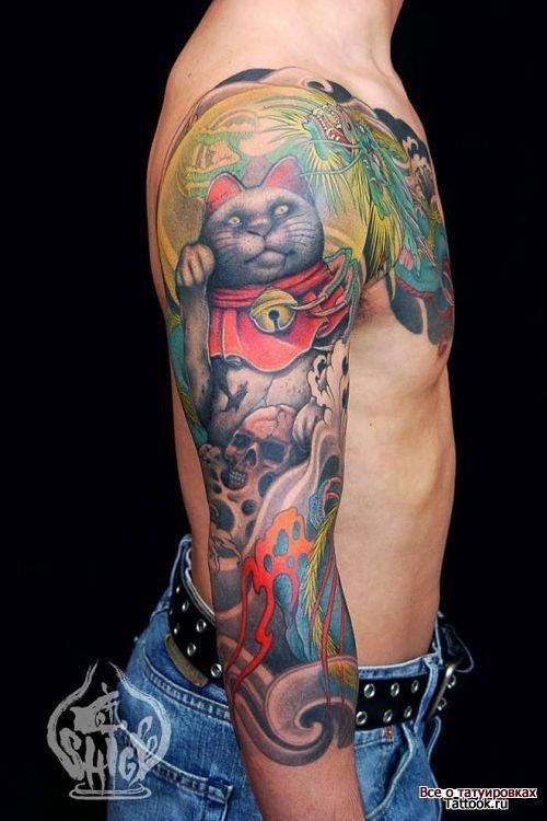 Кот в японском стиле на плече