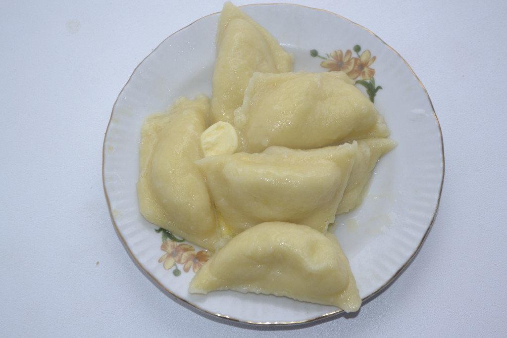 Подают с подслащённой сметаной, взбитыми с сахаром сливками или шоколадным соусом.