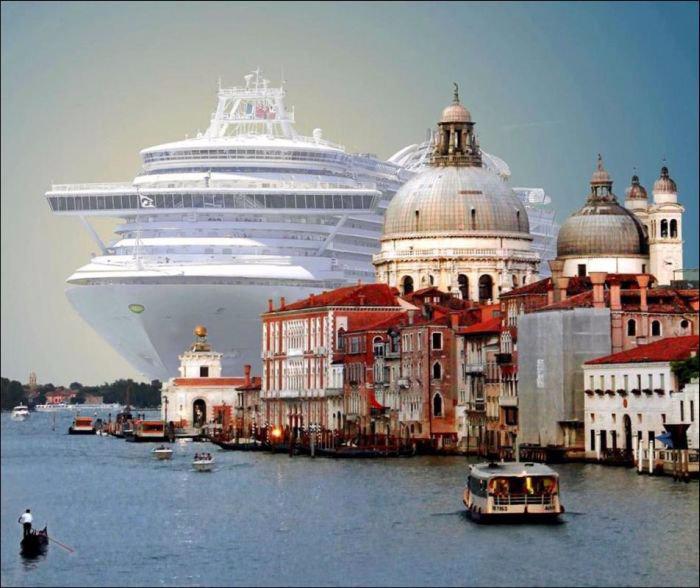 Круизный лайнер на фоне Венеции