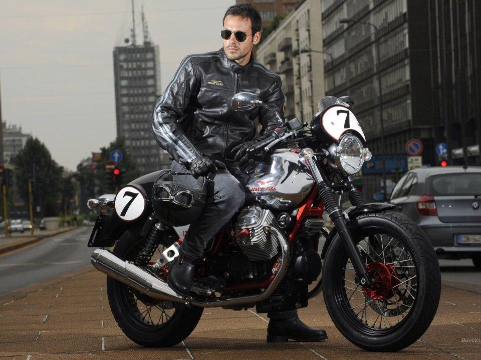 молодая парень на мотоцикле фото с высоким разрешением габаритам