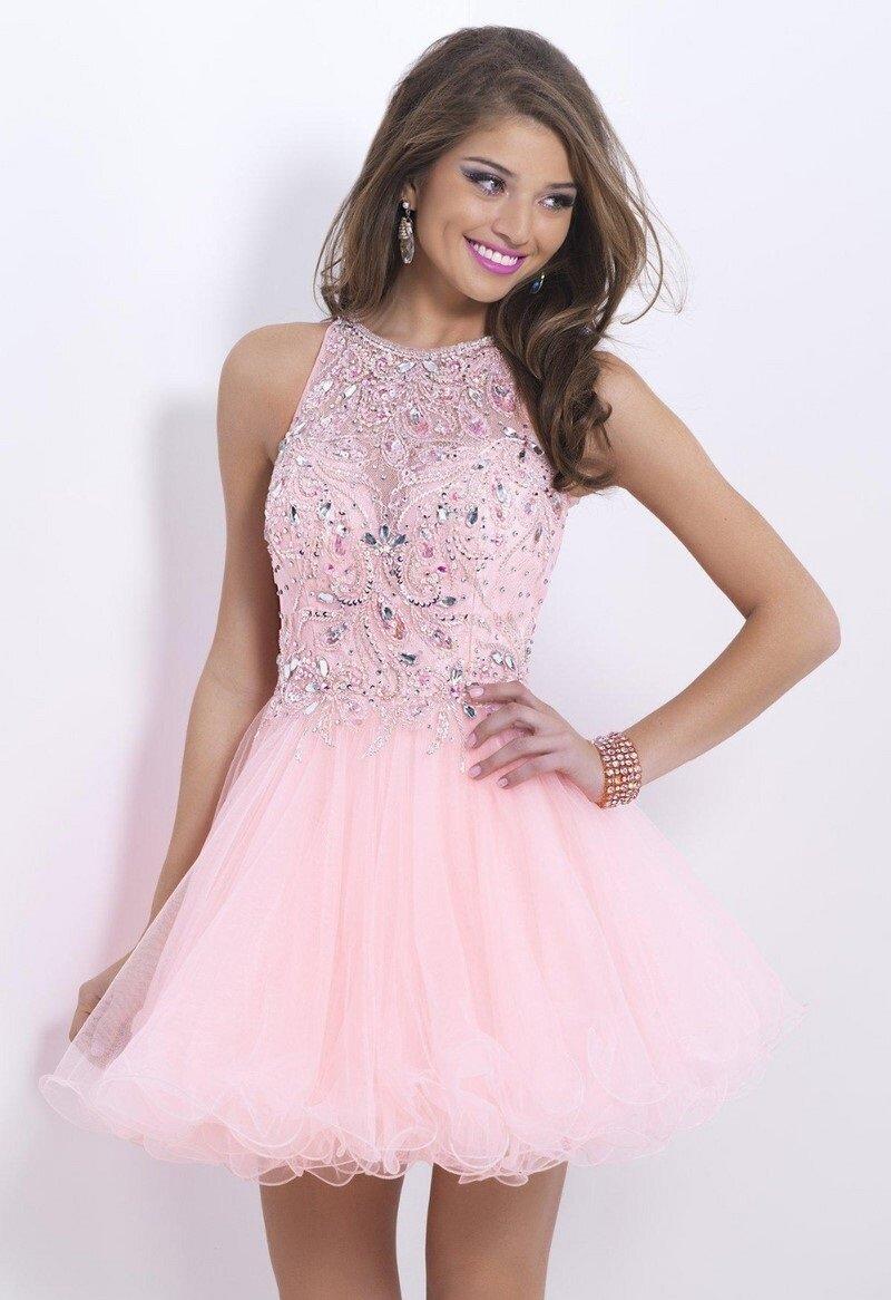 Нежно-розовое платье с плиссированной юбкой и стразами.