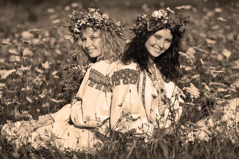 Девушки на лужайке