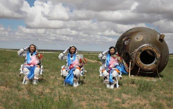 Китайские космонавты после приземления