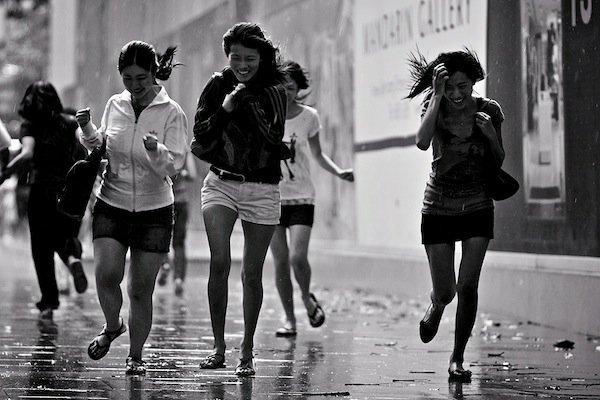 люди под дождем
