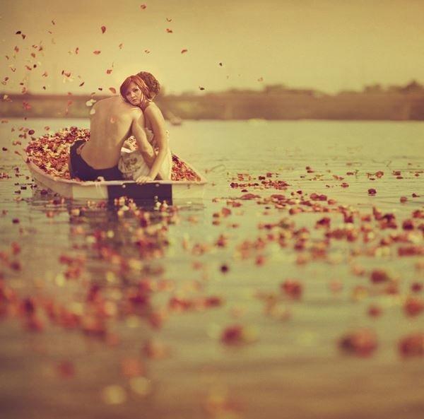 Лодка и лепестки роз