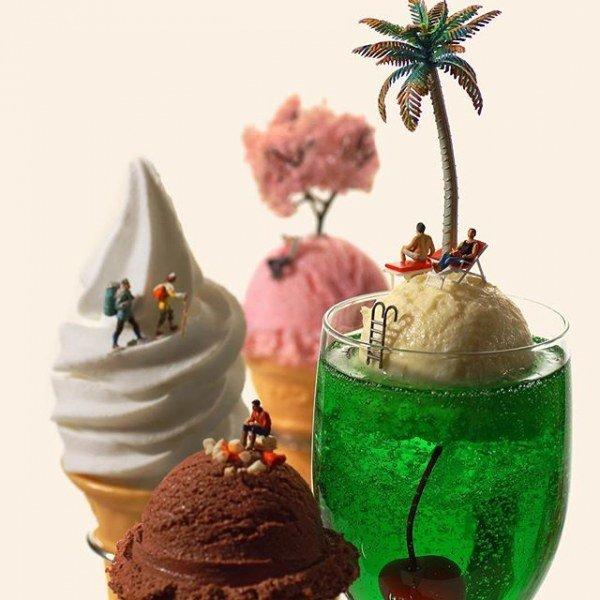 Мороженное и коктейли с миниатюрными фигурками людей