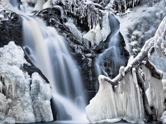 Наросты льда на водопаде во время мороза
