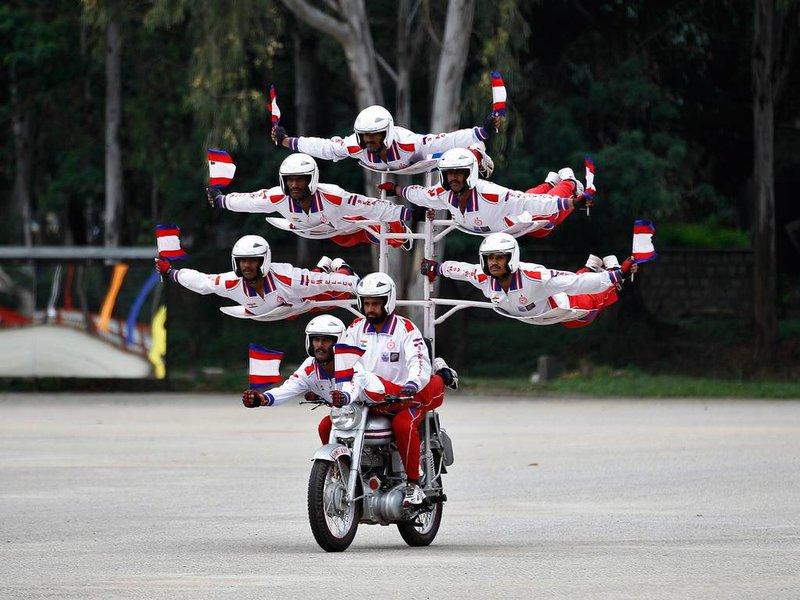 пирамида из людей на мотоцикле
