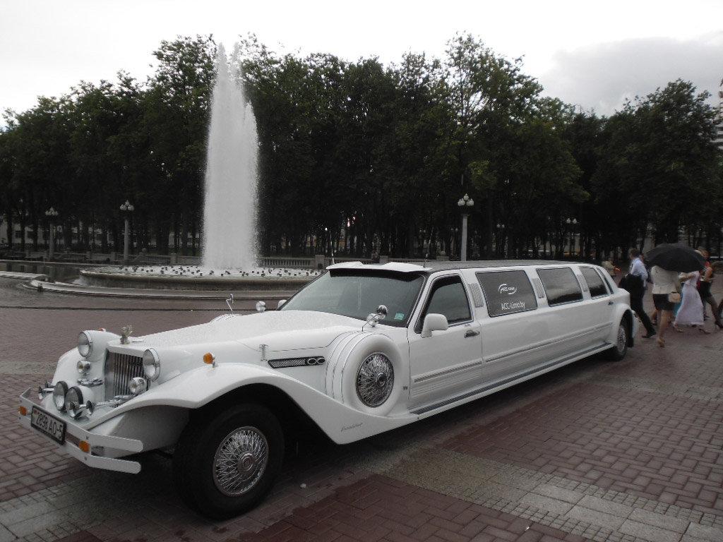 Лимузин с красавцем шофером