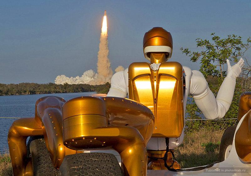 Роботизированный астронавт Robonaut R2A машет своему «коллеге» Robonaut R2B