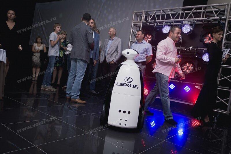 Роботы промоутеры, купить или взять в аренду интерактивного робота в Москве. Volers - управляемые умные роботы. - Volers