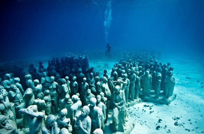 Скульптор Джейсон де Кейрес Тейлор создал невероятный творческий проект: 400 созданных им скульптур были размещены под водой у берегов Мексики в Национальном Водном Парке Канкуна