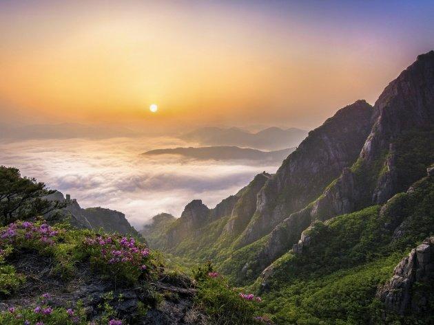 Солнце над облаками в горах