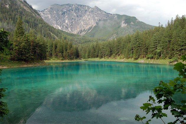Волшебная красота Зеленого Озера в горах Австрии