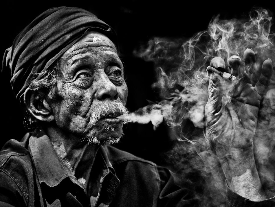 картинка старик с сигарой защититься дождя