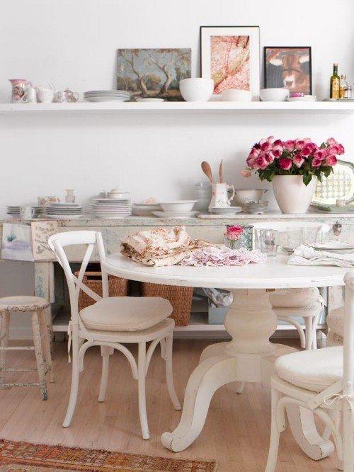 Круглый столик и стулья на кухне