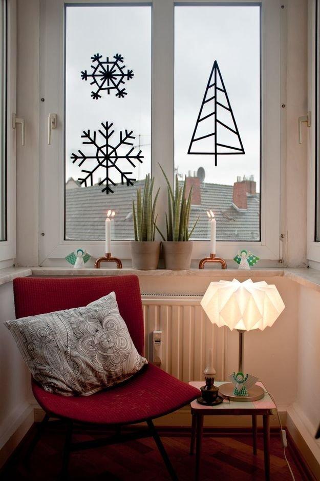 Уютное место около окна в маленькой гостиной