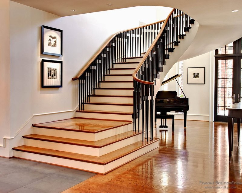 Красивая лестница и интерьер холла с роялем