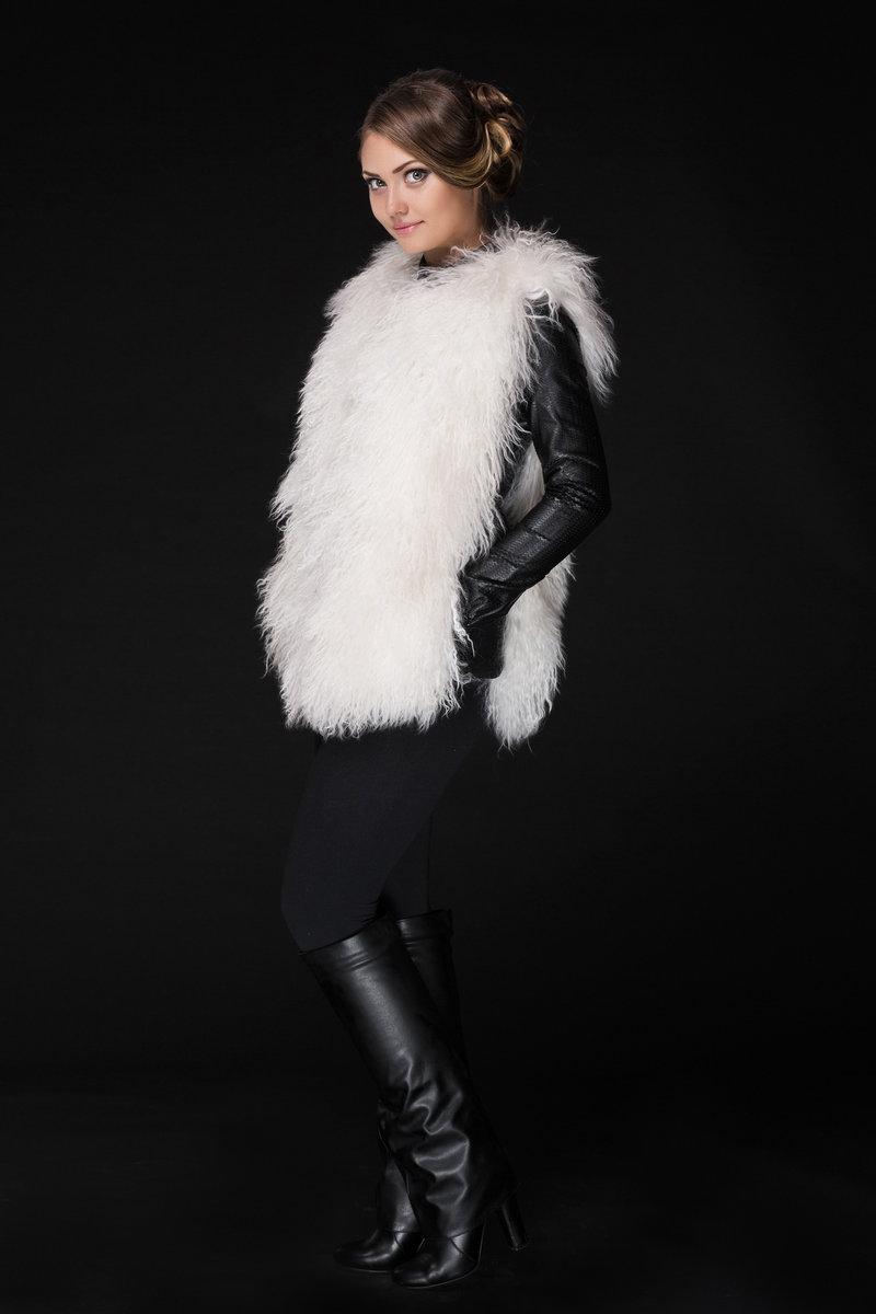 Меховой жилет из ламы 19002 белый