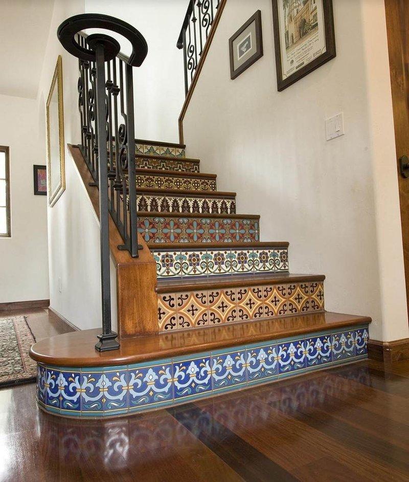 Необычная плитка с оригинальными принтами может красиво украсить лестницу