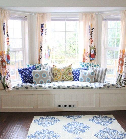 необычный диванчик у окна