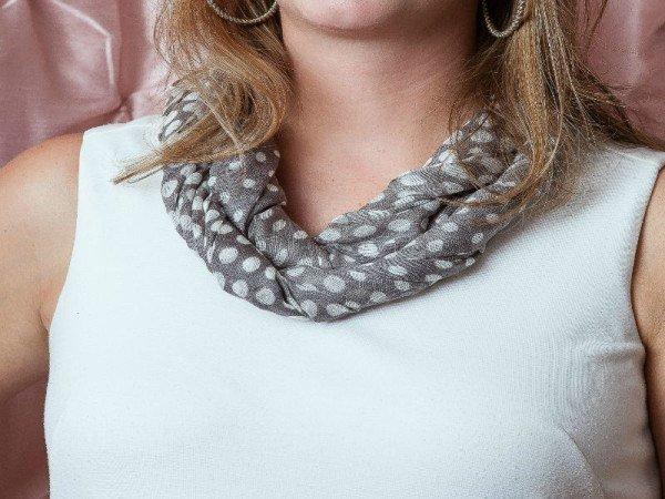 Перекрученный жгут для шарфа на шее