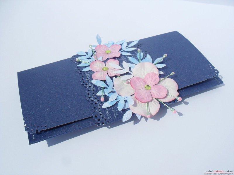 Открытки в форме конвертиков можно вручать на любой праздник, подобрав оформление под тематику готовящегося мероприятия.