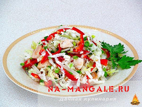 салат с пекинской капустой курицей и болгарским перцем