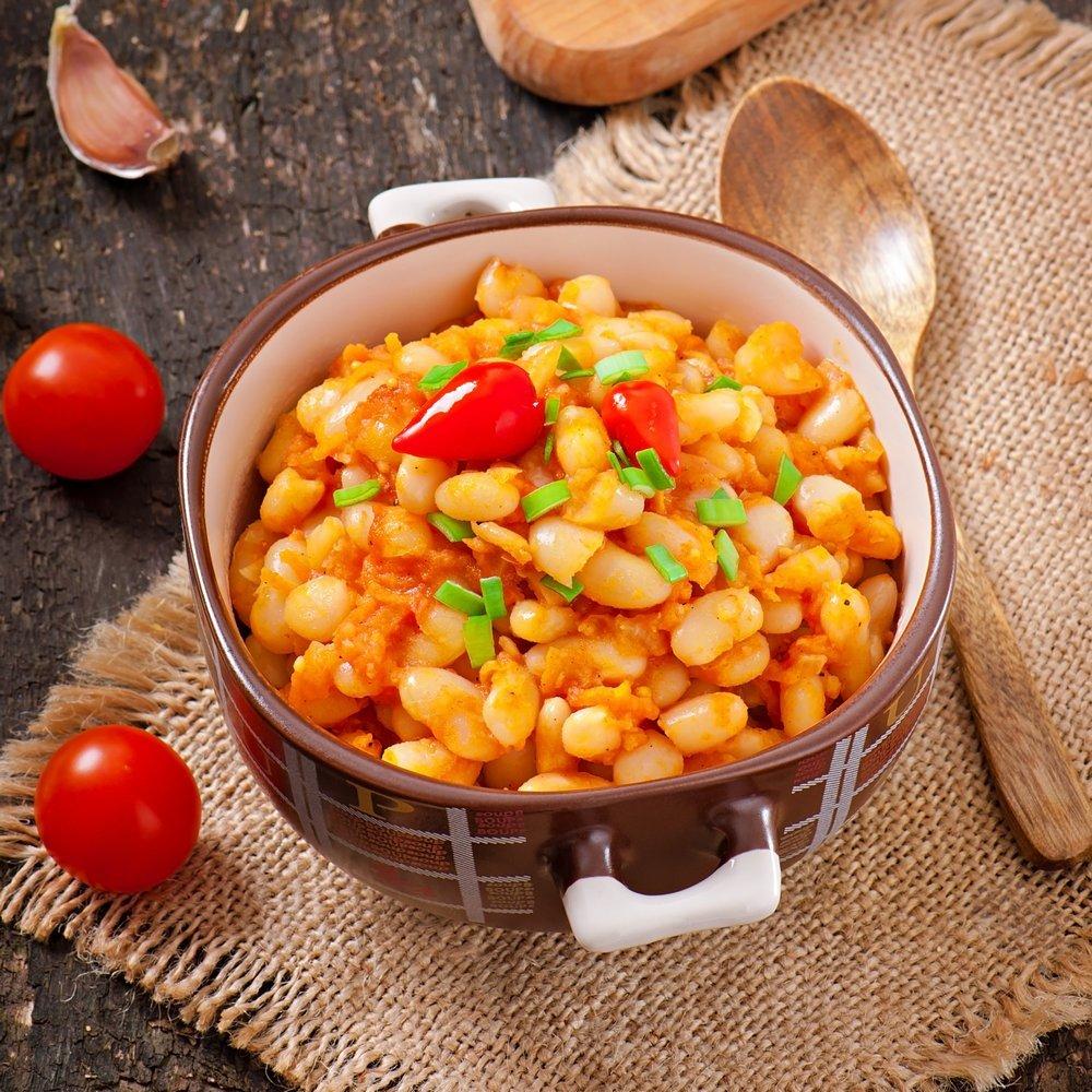 Более легкой, но не менее полезной и питательной удается фасоль стручковая в томатном соусе.