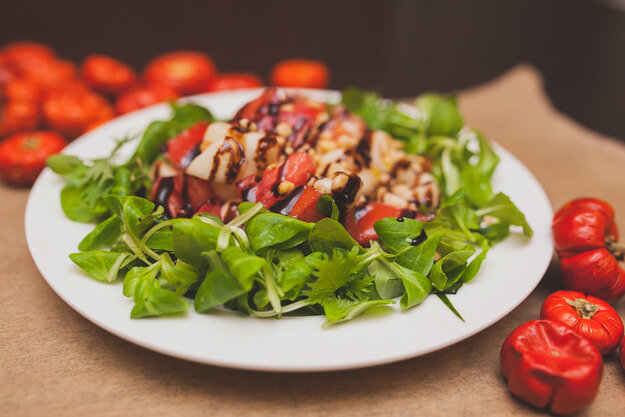 Легкий салат с грушей  и помидорами с заправкой    крем-бальзамик