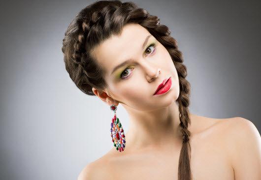Прически с косой на средние волосы на бок