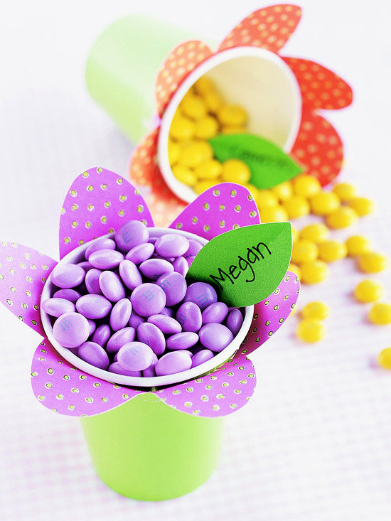 стаканчик-цветок с конфетками внутри